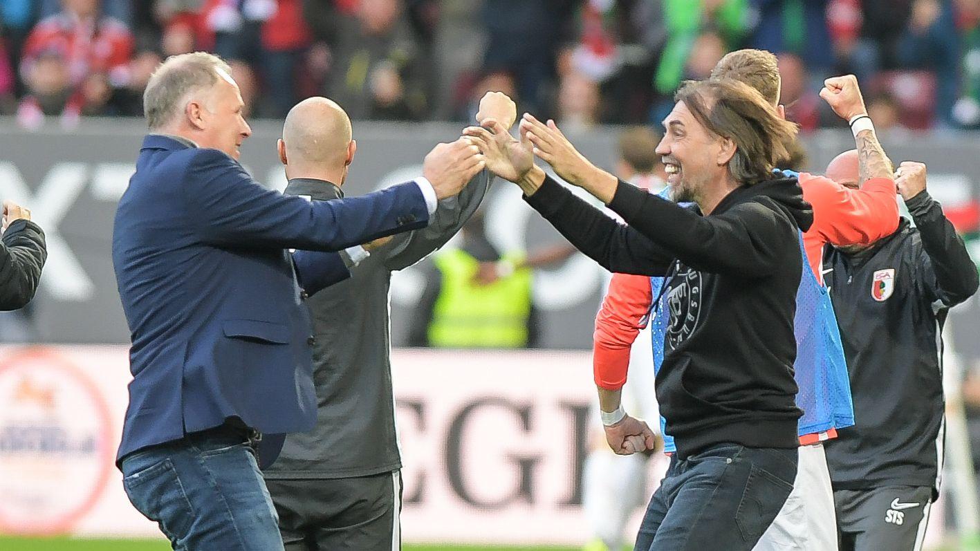 FCA-Sportdirektor Stefan Reuter (links) und Trainer Martin Schmidt jubeln nach dem 2:2 gegen den FC Bayern