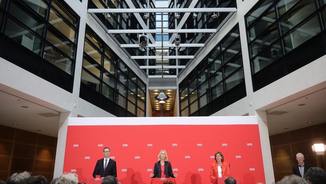Manuela Schwesig (M), Ministerpräsidentin von Mecklenburg-Vorpommern, Malu Dreyer (r), Ministerpräsidentin von Rheinland-Pfalz, und Thorsten Schäfer-Gümbel (l), SPD-Vorsitzender in Hessen, geben in der Parteizentrale eine Pressekonferenz. Die SPD soll nach dem Rücktritt von Parteichefin Andrea Nahles zunächst kommissarisch von einem Trio geführt werden.