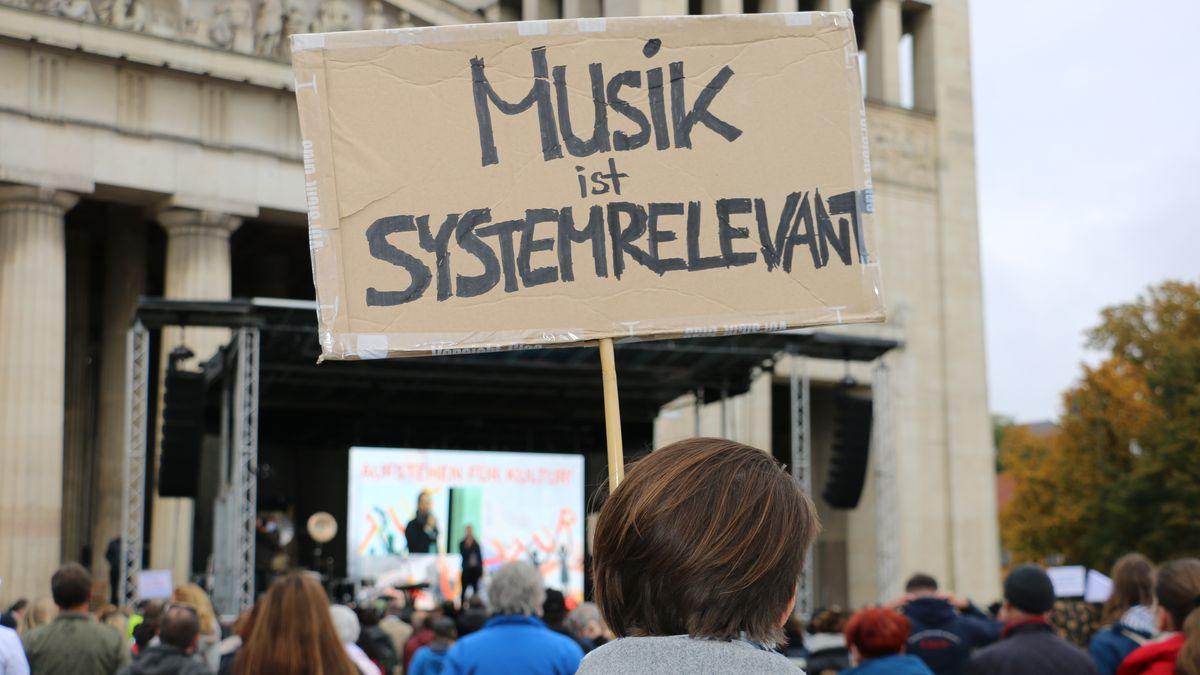 """Schild mit dem Motto """"Musik ist systemrelevant"""""""