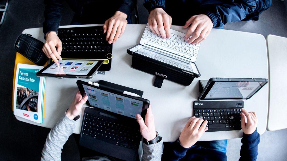 Hände auf Tastaturen.