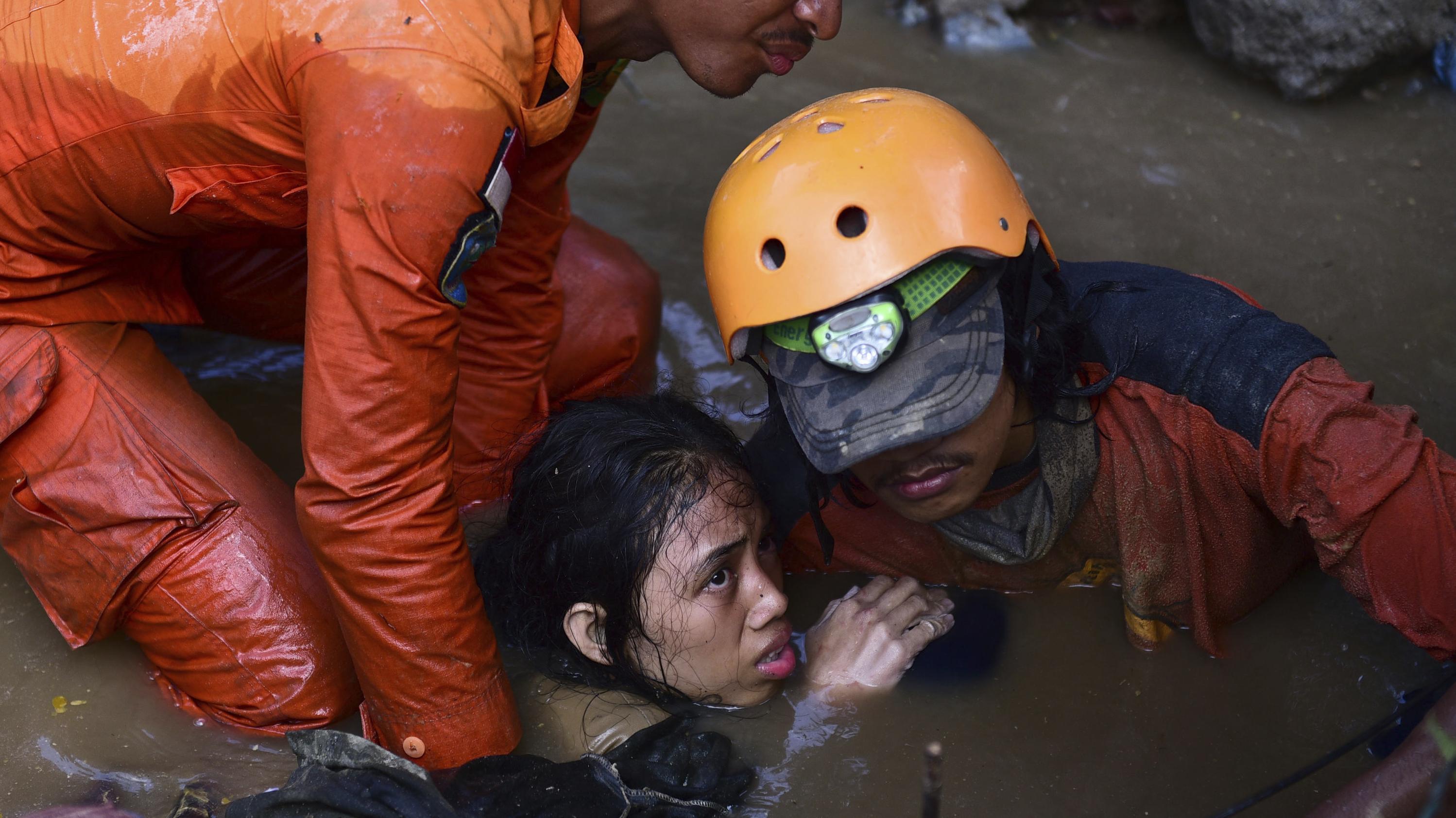Rettungskräfte bergen Überlebende des Erdbebens