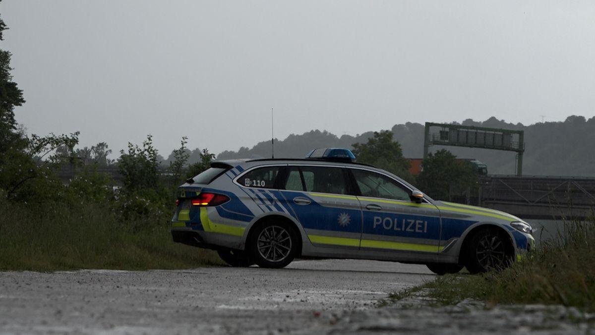 Ein Polizeiauto steht am Tatort in Regensburg.