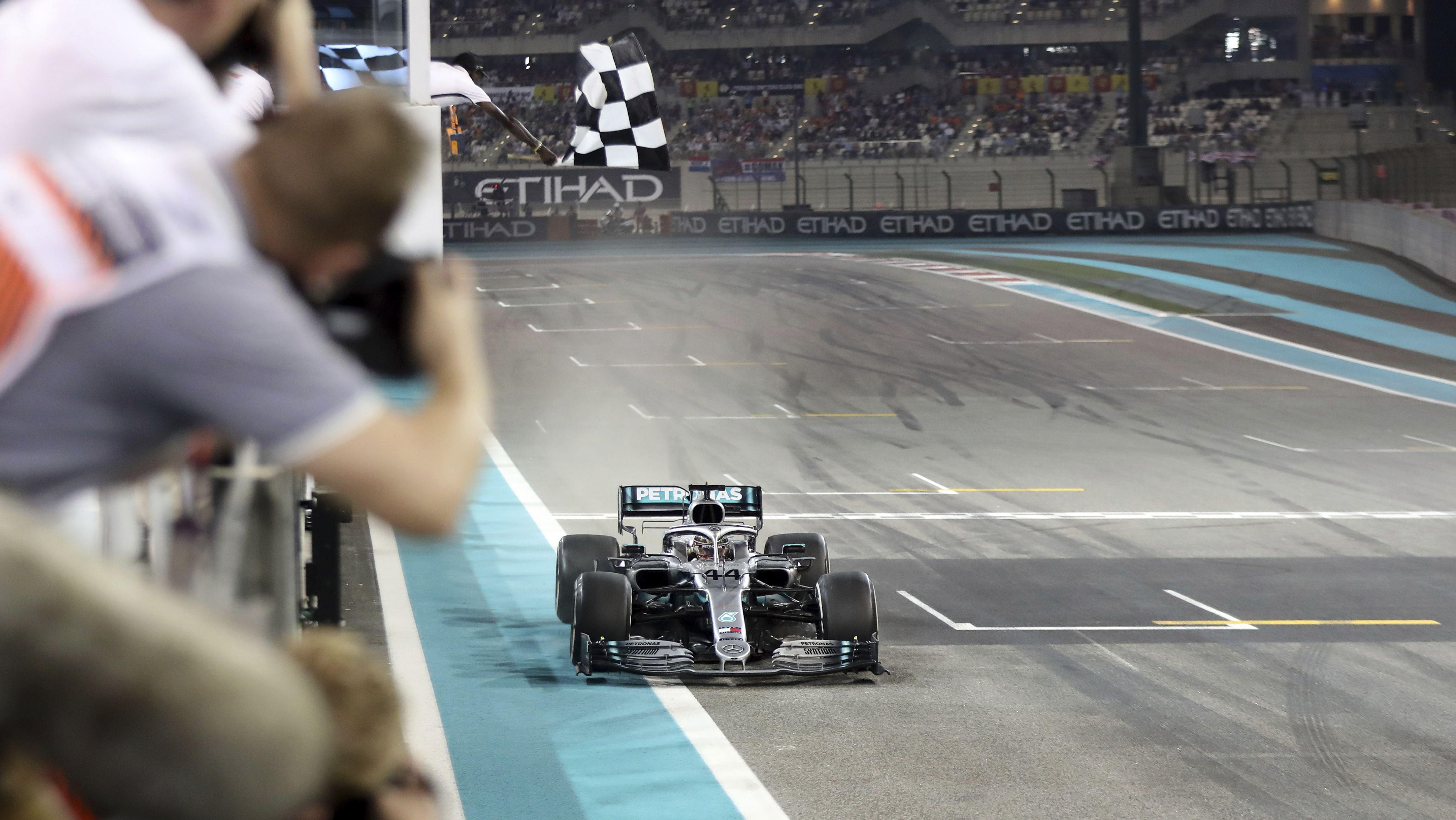 Lewis Hamilton bei der Zieleinfahrt in Abu Dhabi
