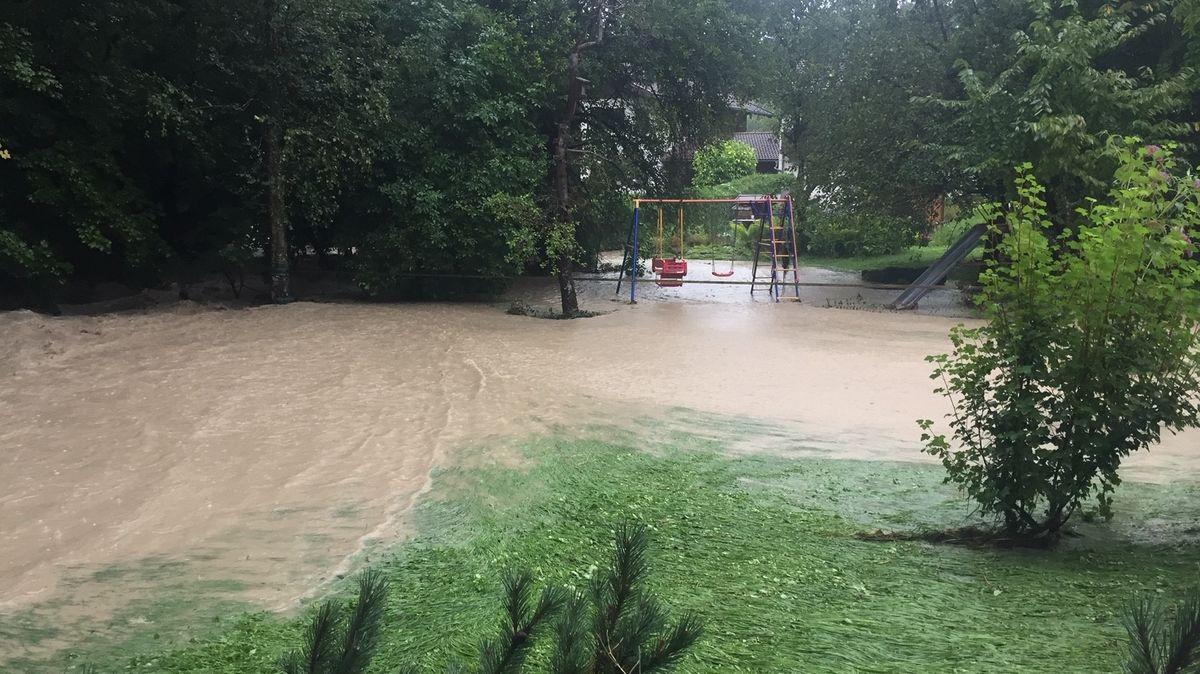 Überschwemmter Spielplatz