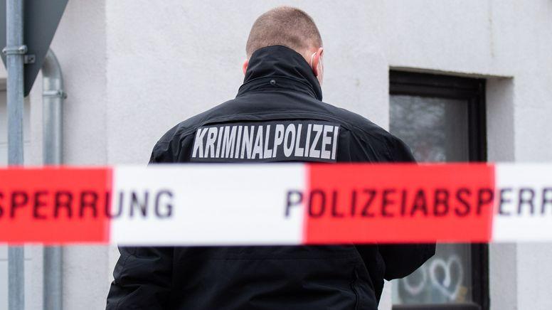 Kriminalpolizist an einem Tatort (Symbolbild) | Bild:picture alliance/dpa | Julian Stratenschulte