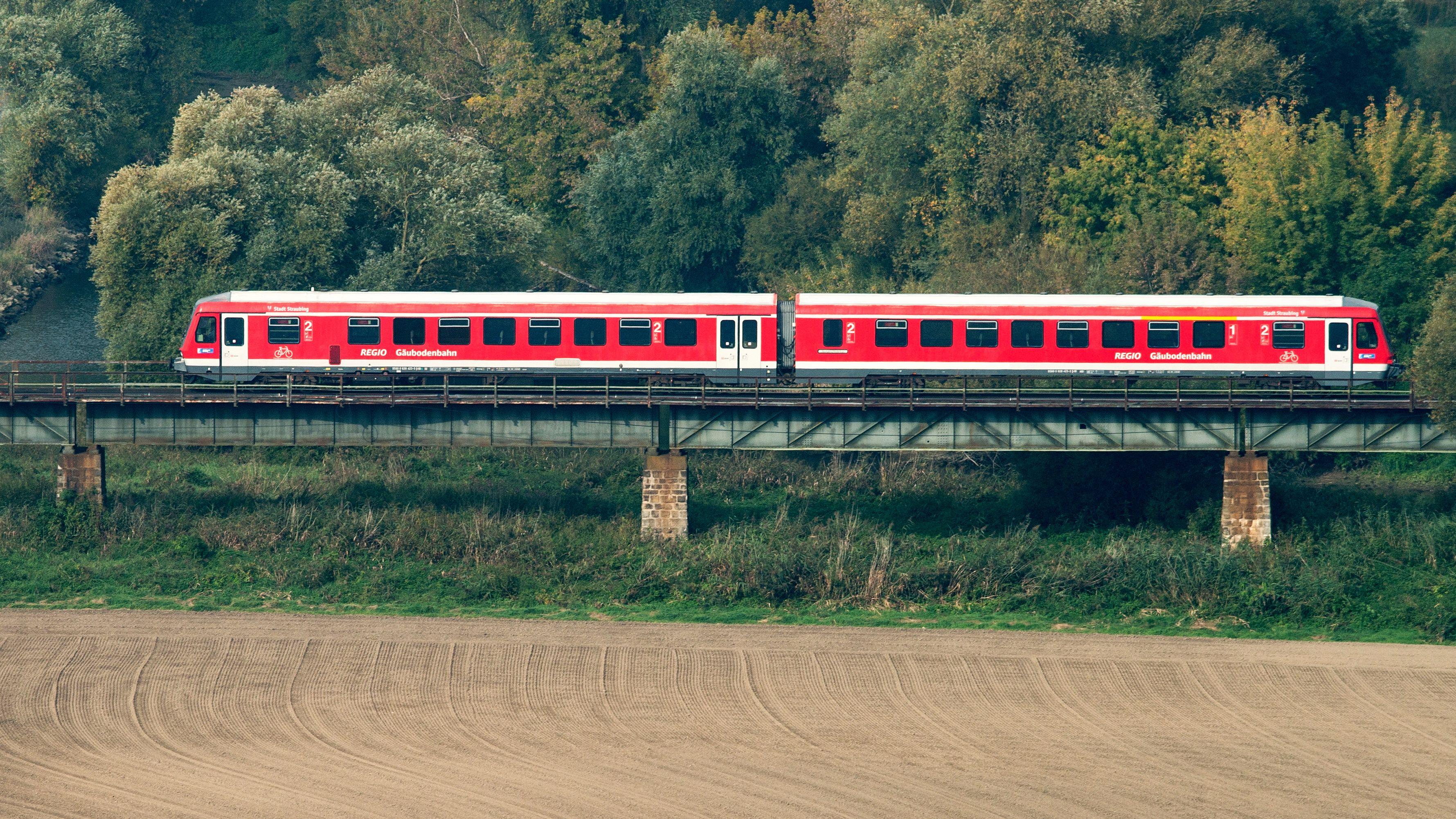 Ein Regionalzug der Deutschen Bahn (DB) fährt auf Gleisen nahe Bogen.