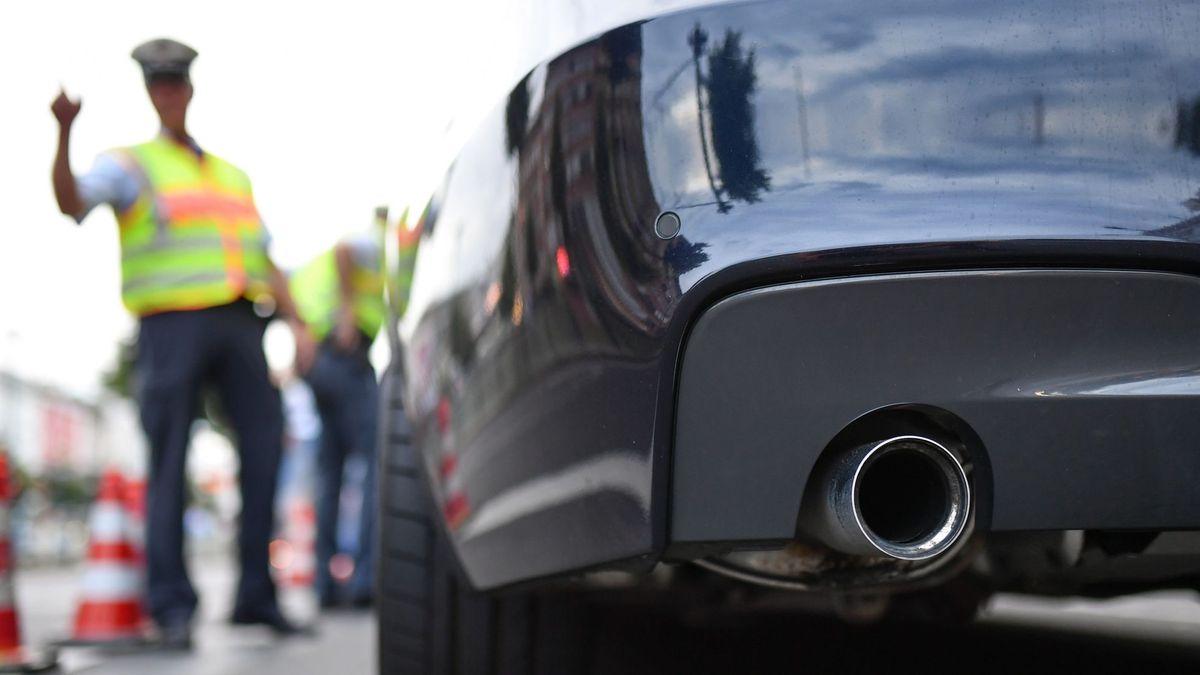 Polizisten stoppen ein Auto