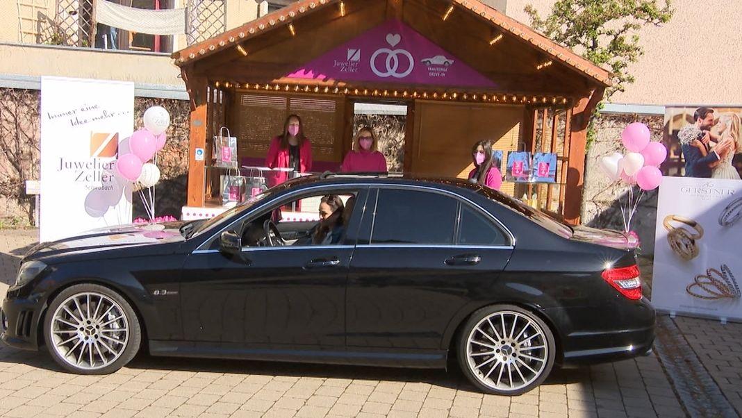 Ein schwarzes Auto beim Schwabacher Juwelier-Drive-In