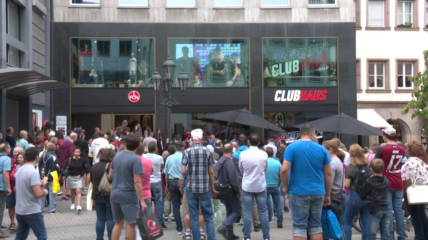 """Schaulustige vor dem neuen """"ClubHaus"""" des 1. FC Nürnberg"""