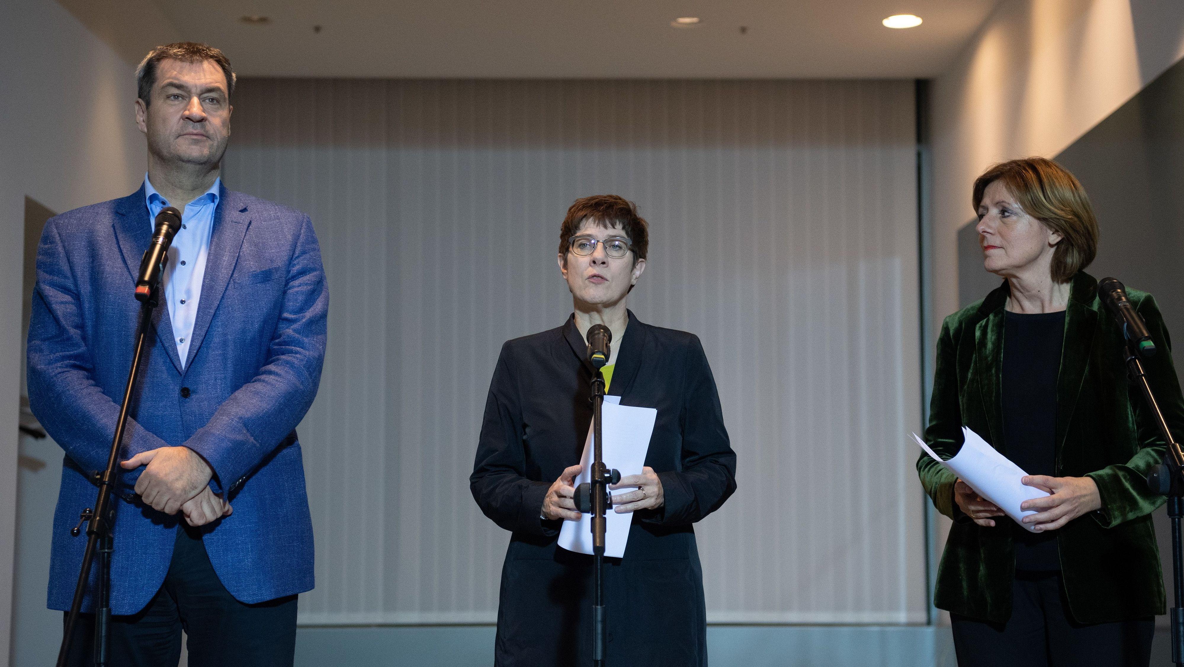 Annegret Kramp-Karrenbauer (m), Malu Dreyer (r), und Markus Söder verkünden die Einigung zur Grundrente