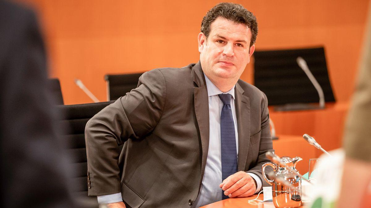 Hubertus Heil (SPD), Bundesminister für Arbeit und Soziales, wartet auf den Beginn der Sitzung des Bundeskabinetts im Kanzleramt.