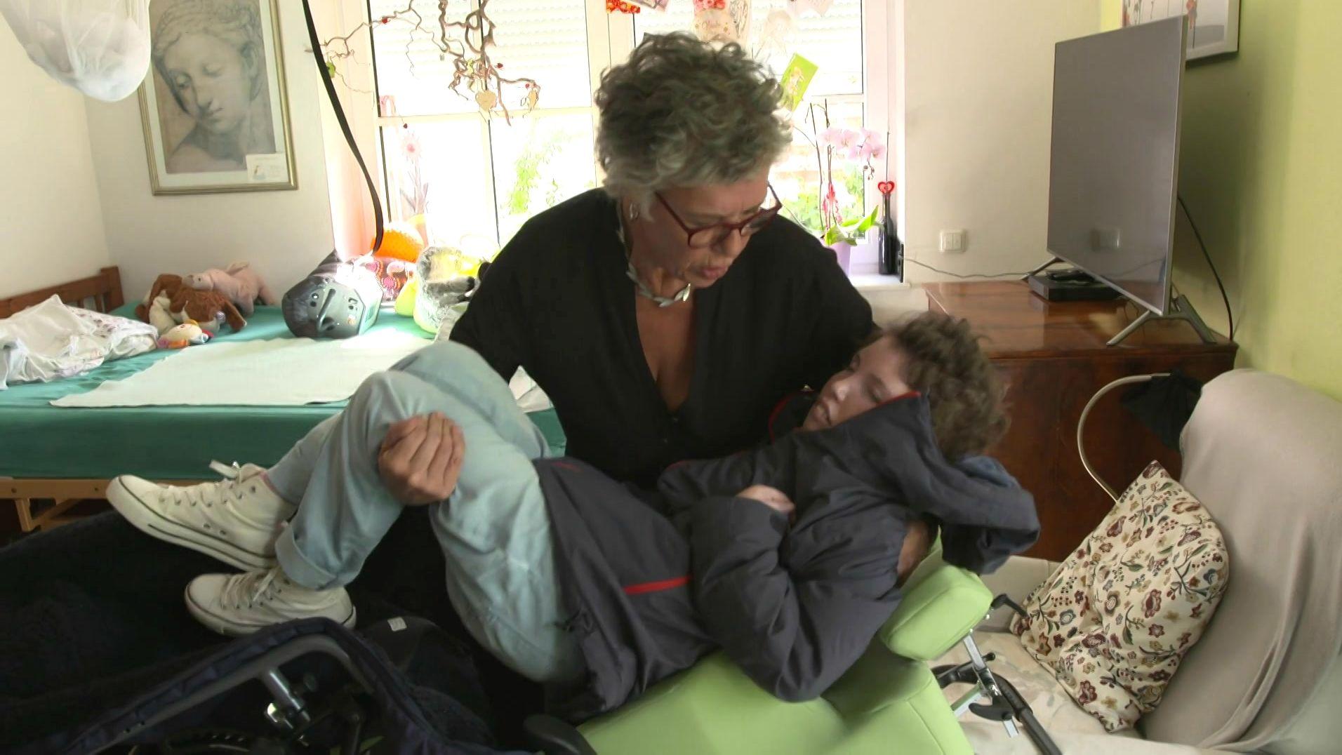 Sonjas Mutter pflegt ihre Tochter rund um die Uhr daheim.