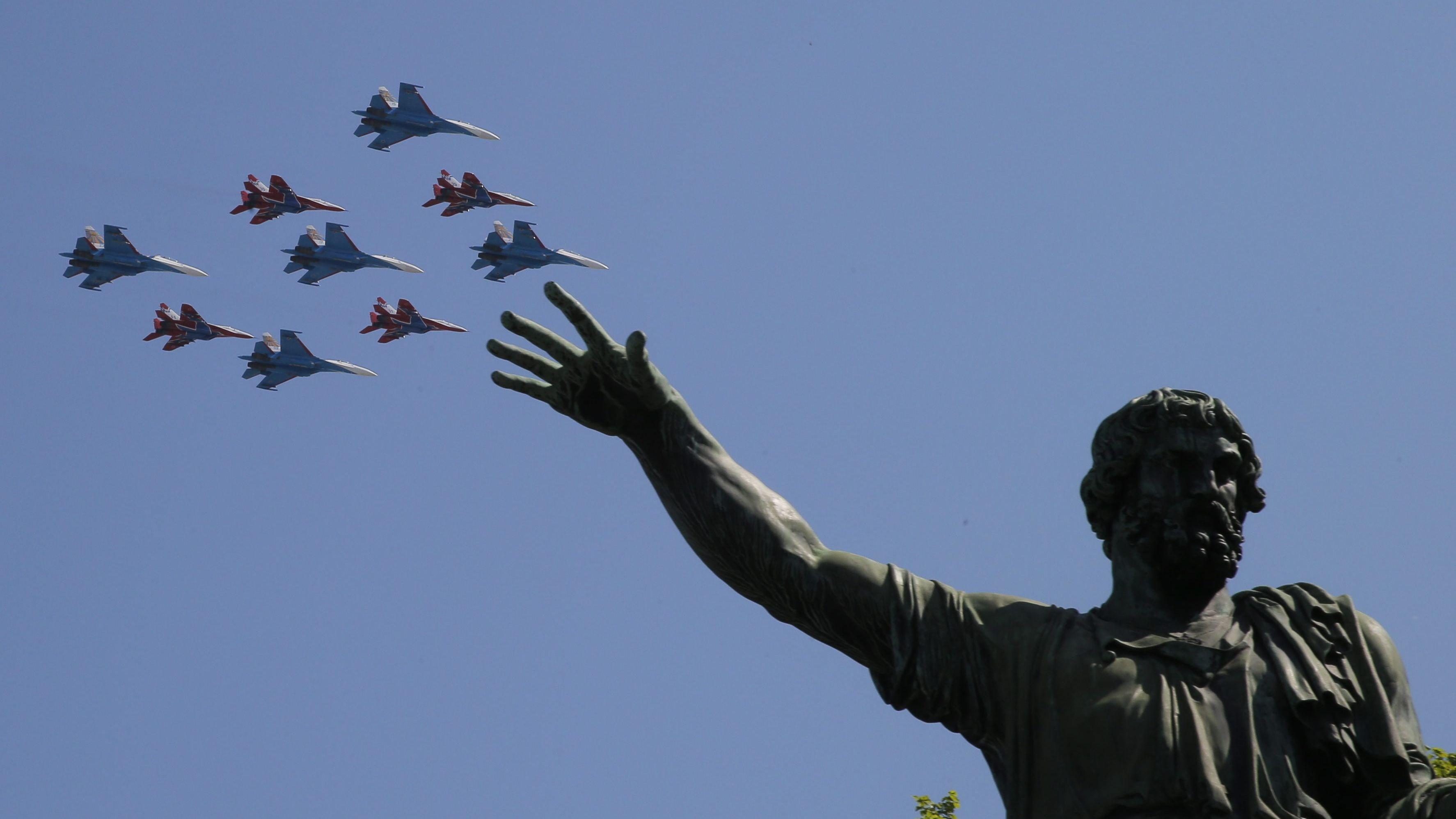 """Russische Militär-Flugzeuge fliegen über den Roten Platz anlässlich des """"Tag des Sieges"""" am 9.Mai 2016"""
