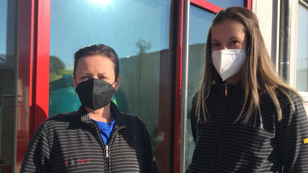 Links: Katarina Cerna, rechts: Daniela Vachalova; beide sind bei der Firma Elotec in Furth im Wald (Lkr. Cham) beschäftigt.