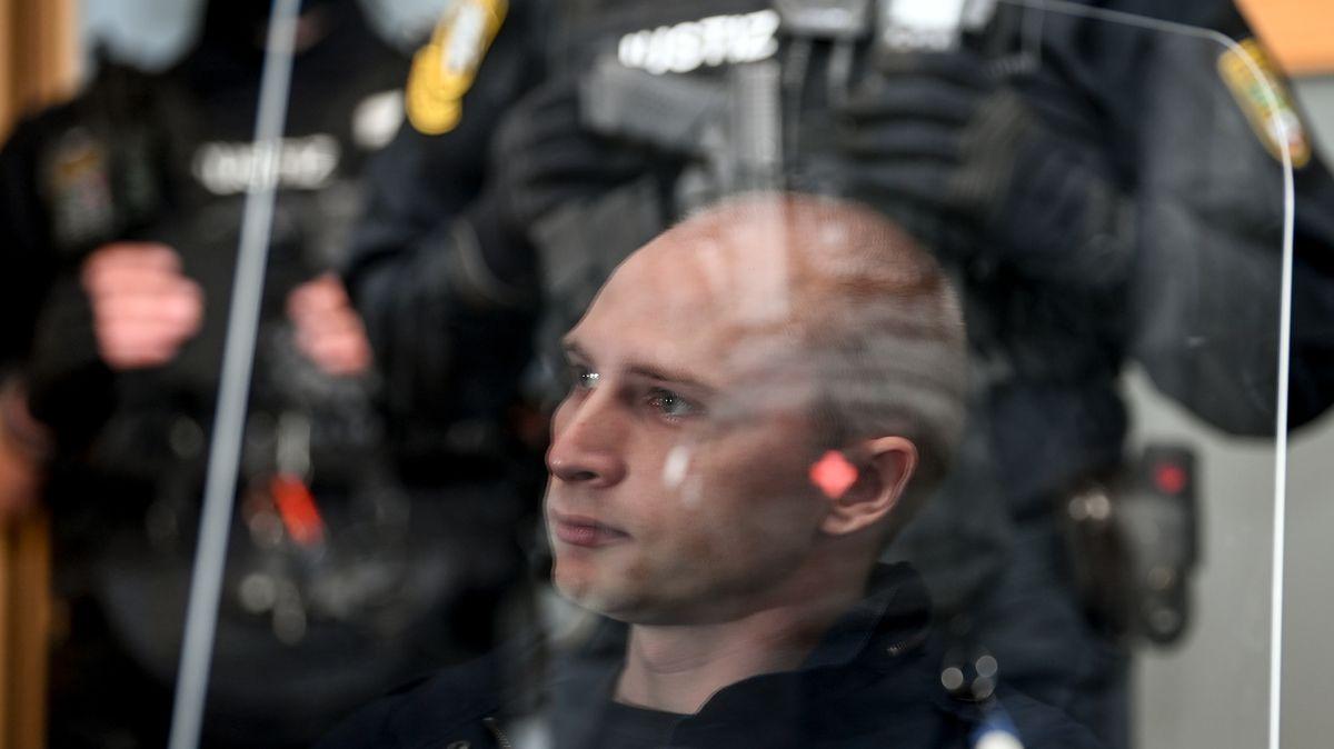 Spiegelbild des angeklagten Stephan B. während des Prozesses in einer Plexiglasscheibe