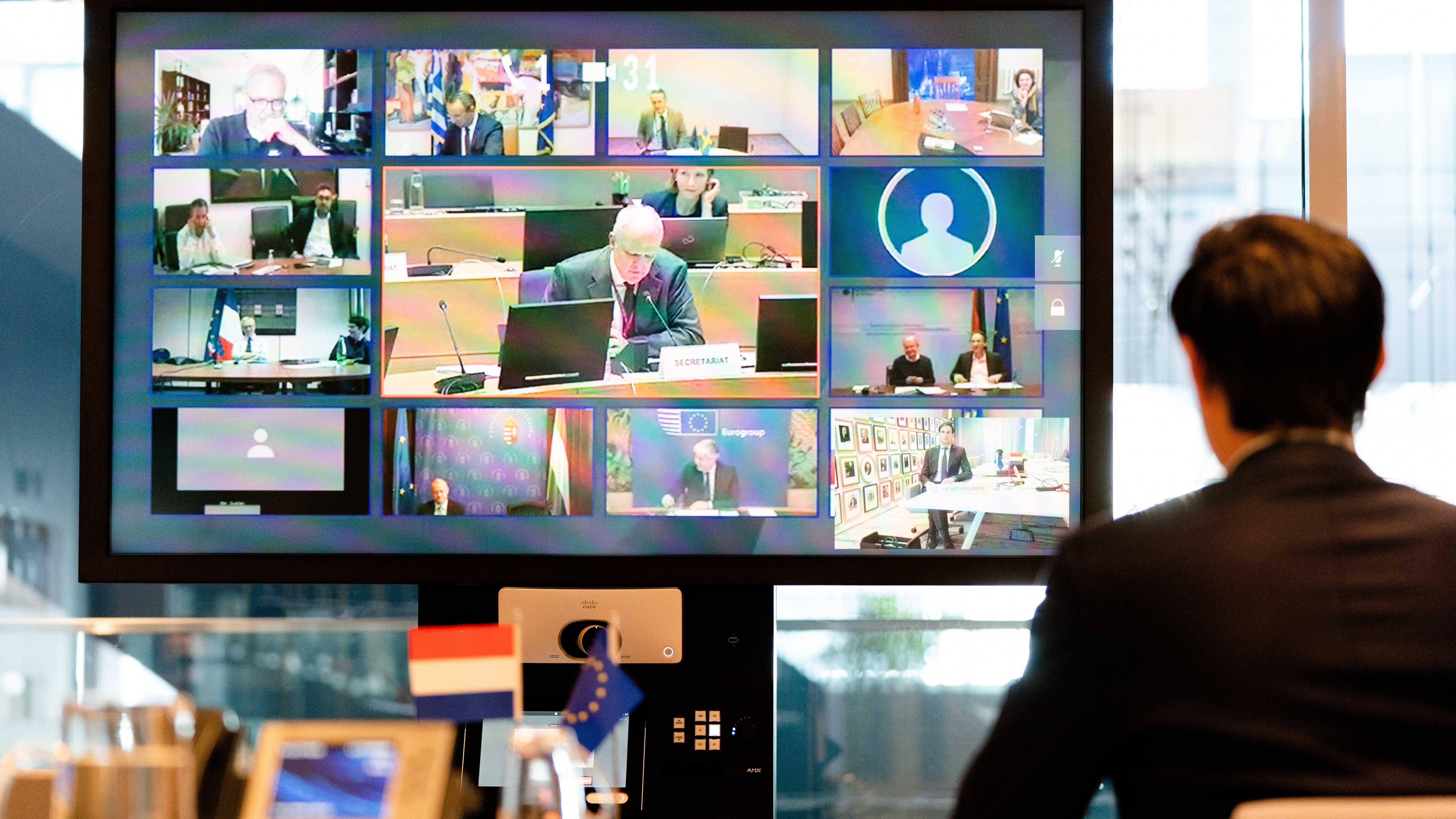 Niederländischer Finanzminister Wopke Hoekstra vor Flachbildschirm bei Videokonferenz