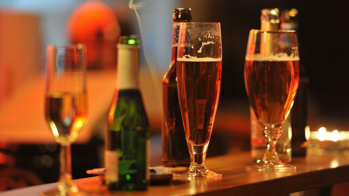 Mit Alkohol gefüllte Gläser stehen auf einer Theke