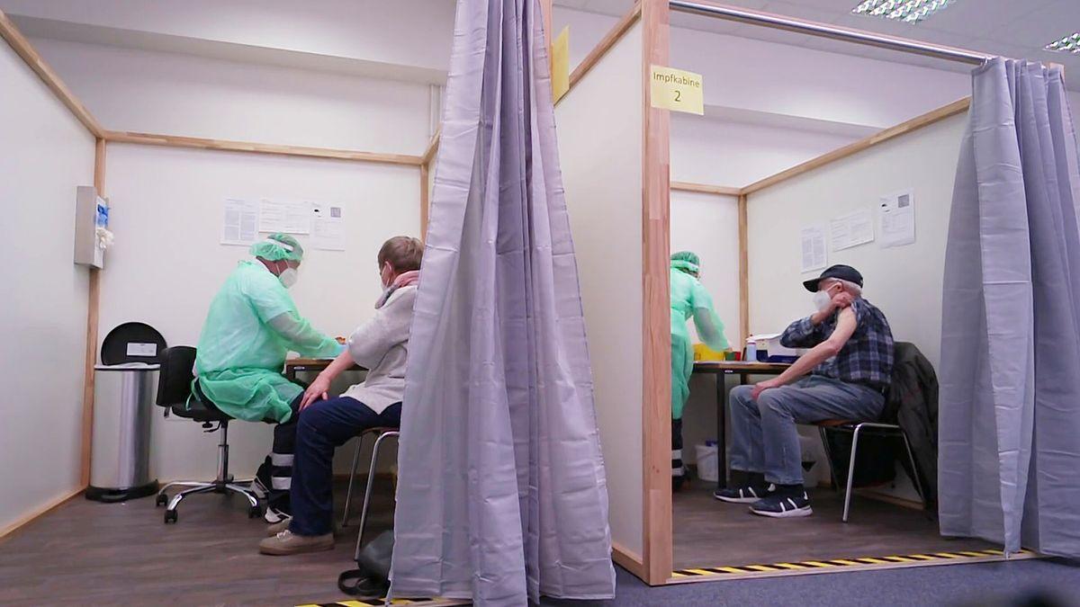 Impfzentrum: Zwei Menschen werden geimpft.