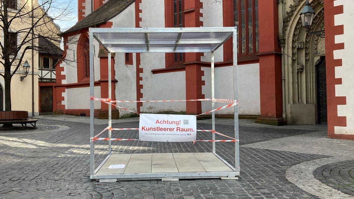 "Kunst-Kubus der Aktion ""Achtung! Kunstleerer Raum"""