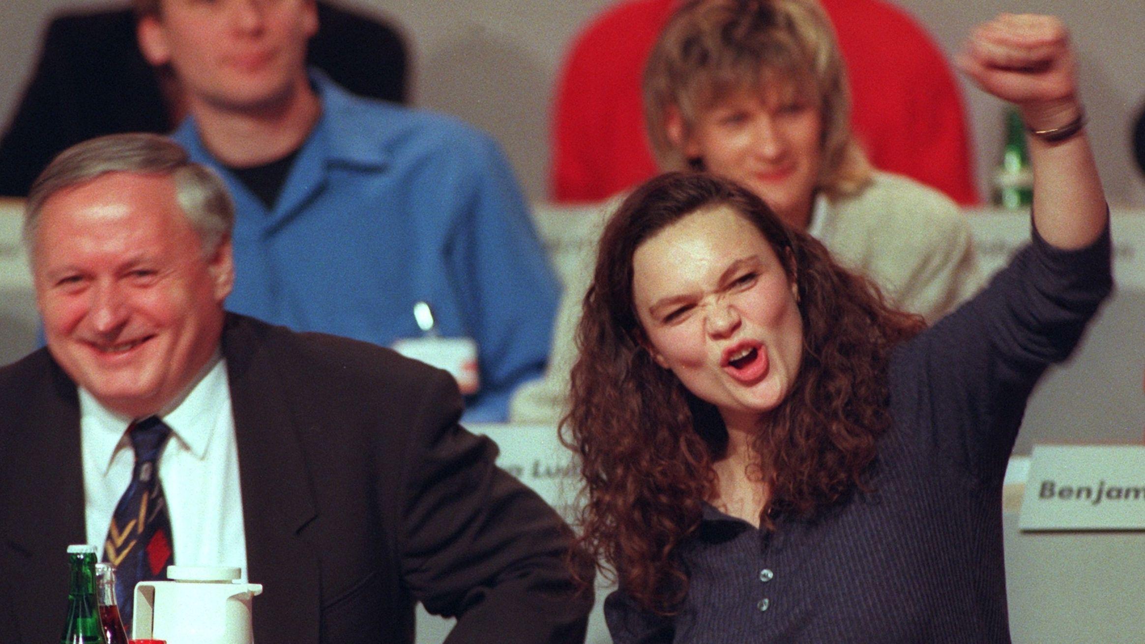 Andrea Nahles neben Oskar Lafontaine. Sie reckt die Faust in die Luft.