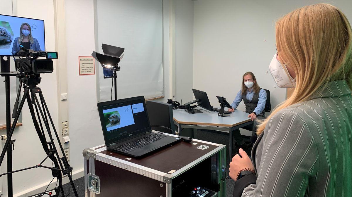 An der Uni Passau gibt es jetzt ein Fernseh-Studio. Hier sollen die Lehrkräfte der Zukunft ausgebildet werden.