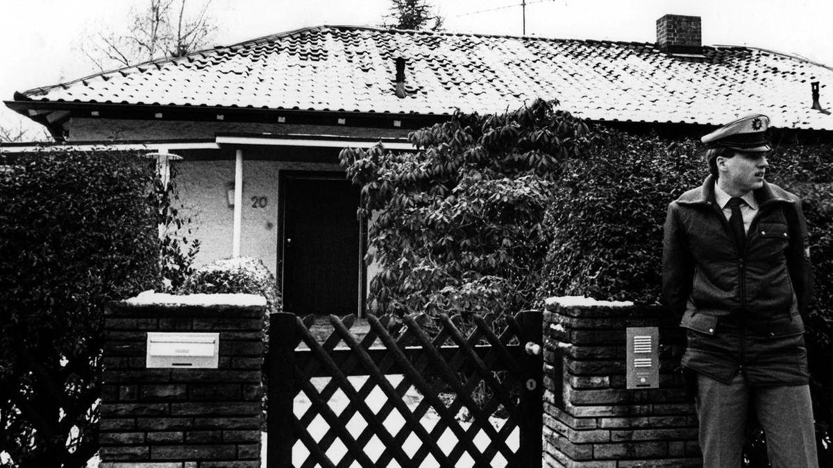 Ein Polizist bewacht nach der Tat das Haus, in dem Shlomo Lewin und seine Freundin Frida Poeschke ermordet wurden.
