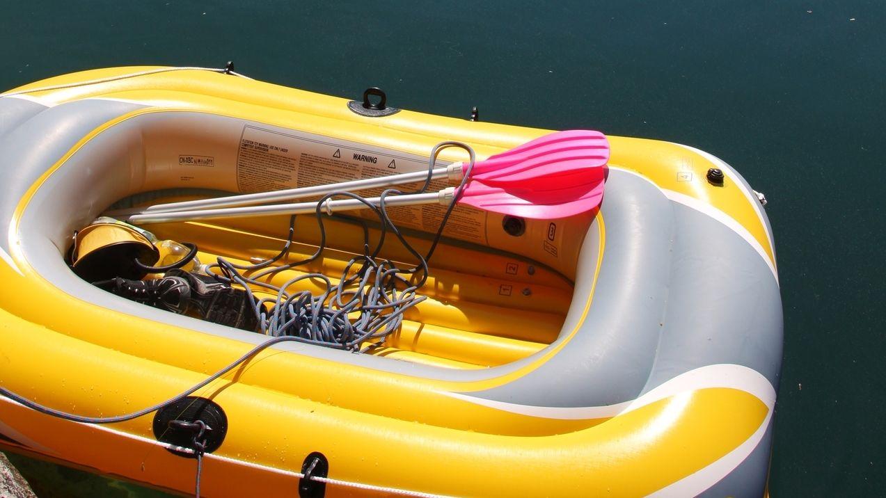 Gelbes Schlauchboot auf dem Wasser
