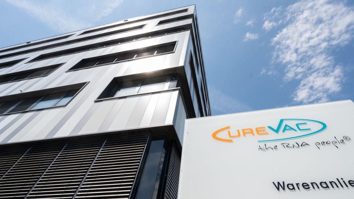 Schild mit dem Logo des biopharmazeutischen Unternehmens Curevac vor der Zentrale in Tübingen