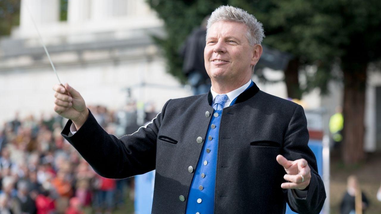 Archivbild: Oberbürgermeister Dieter Reiter dirigiert beim Platzkonzert auf dem Oktoberfest