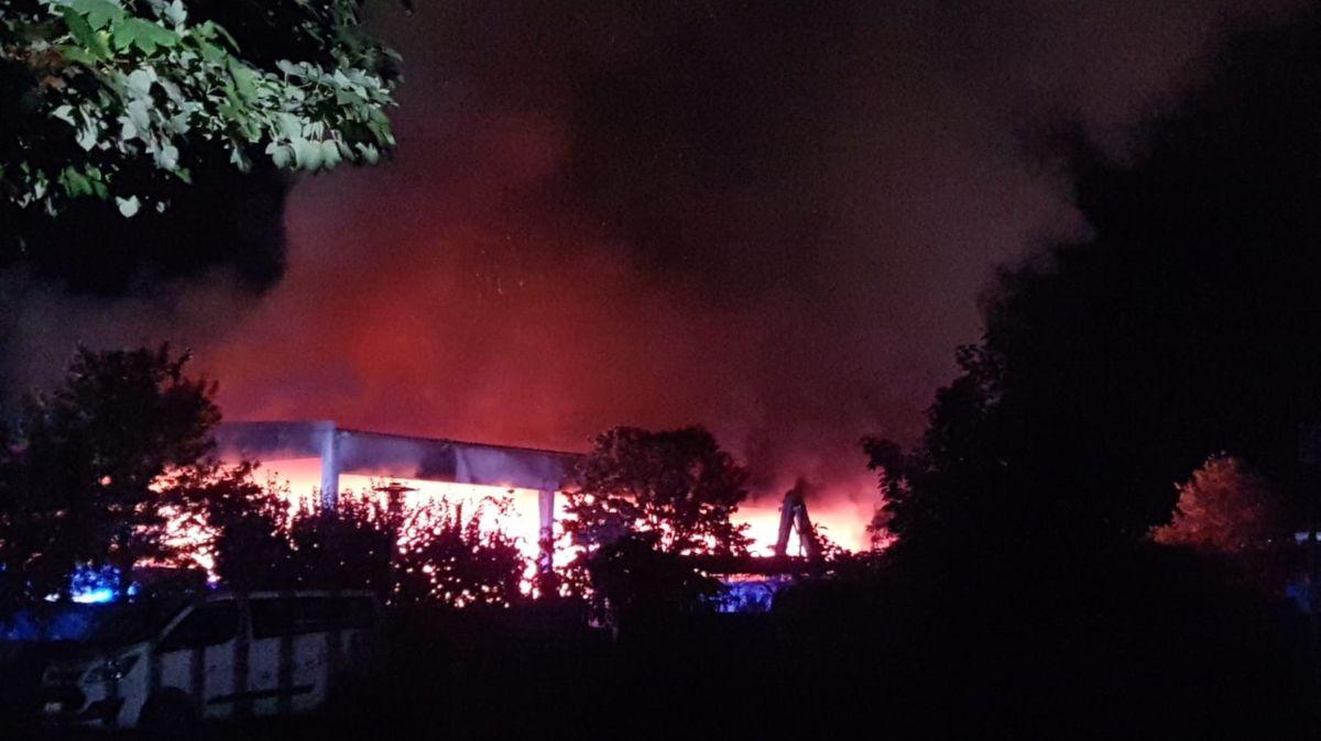 Lagerhalle auf dem Recyclinghof brennt lichterloh