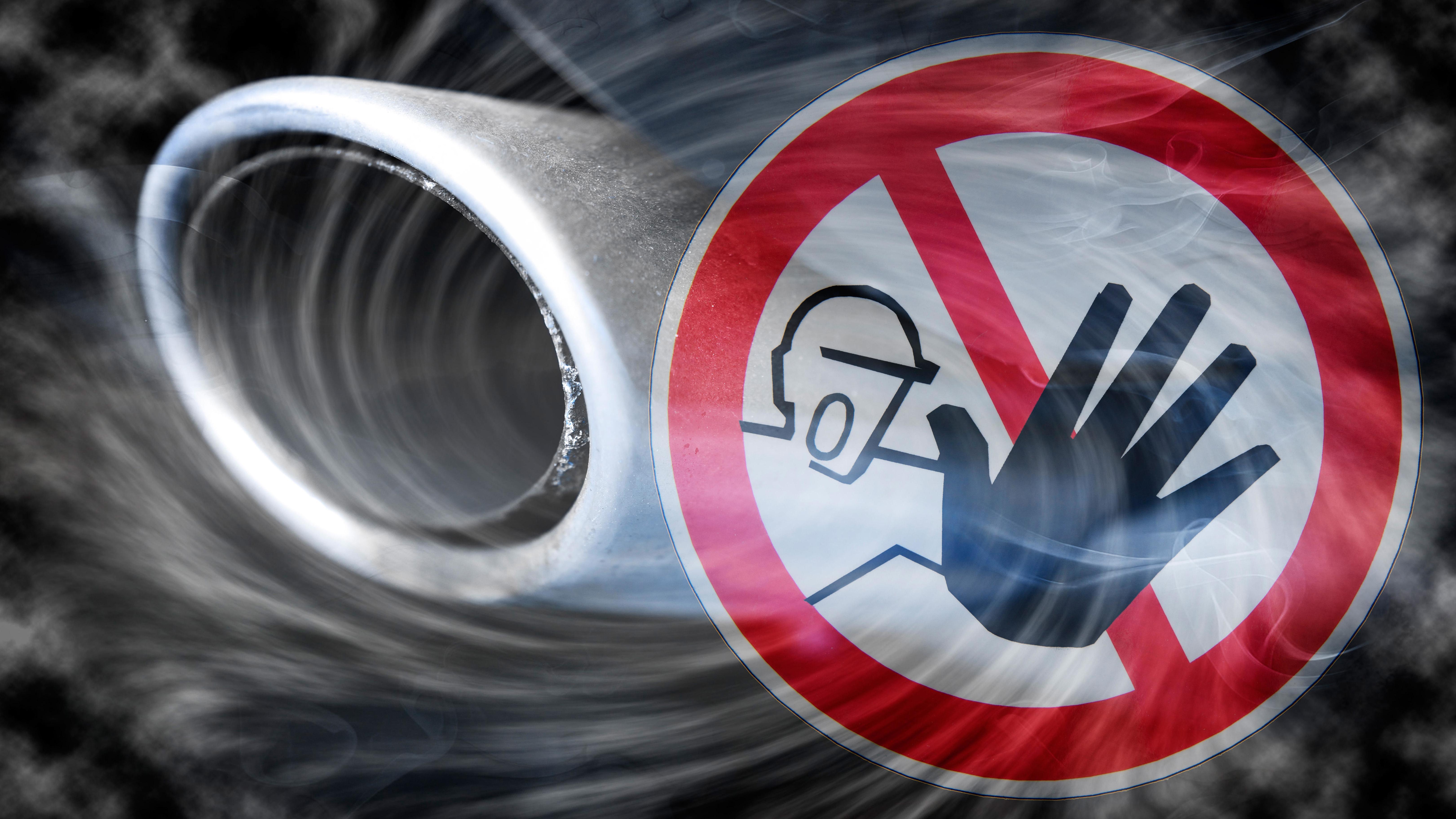 Verbotsschild und Autoauspuff mit Abgasen, Diesel-Fahrverbot