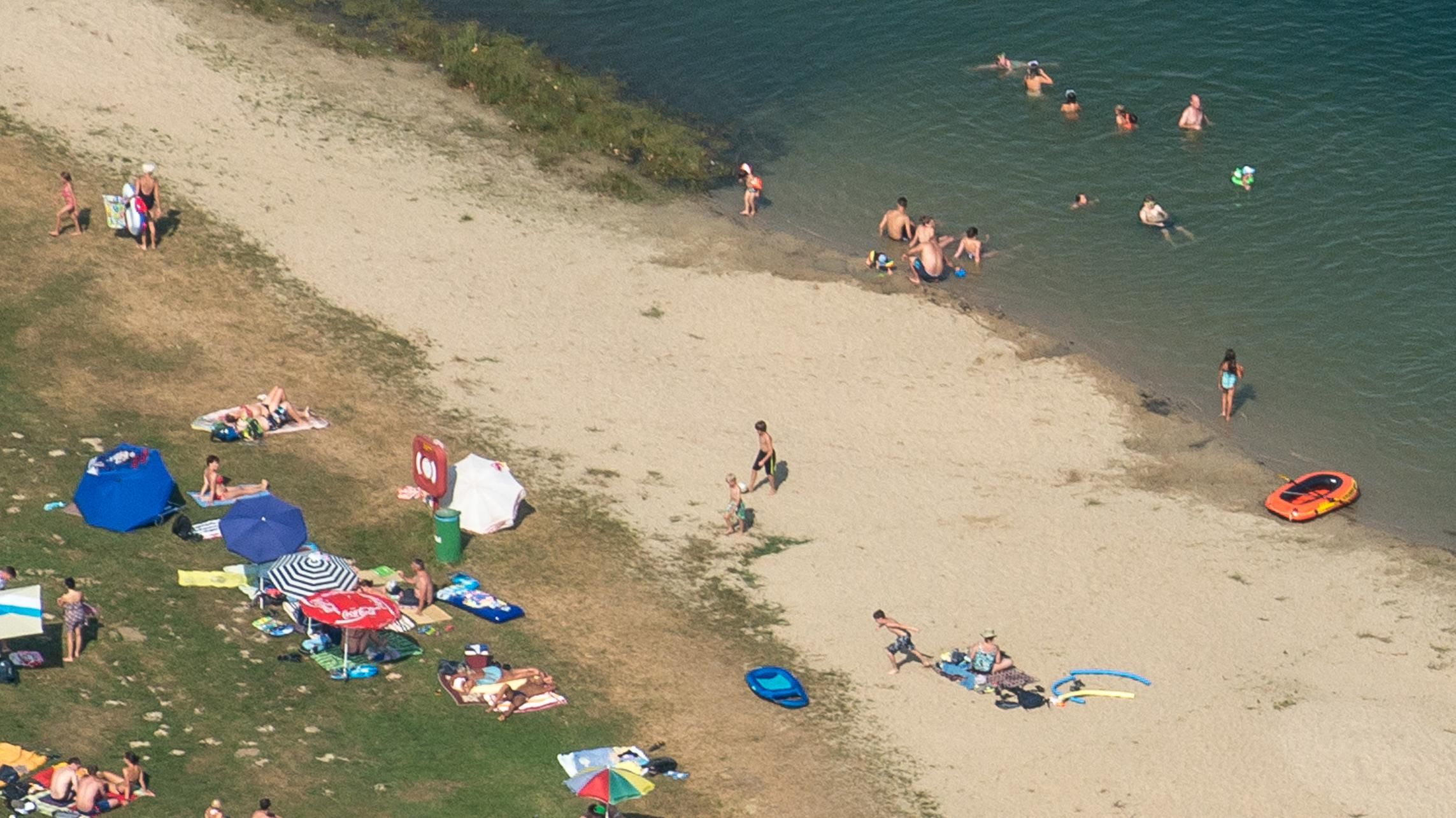 Badegäste an einem Baggersee nahe Parkstetten