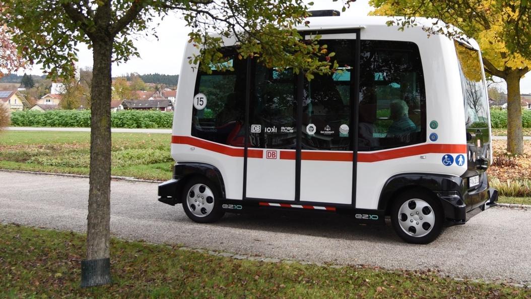 Ein autonom-fahrender Mini-Bus fährt auf einer Straße in Bad Birnbach.