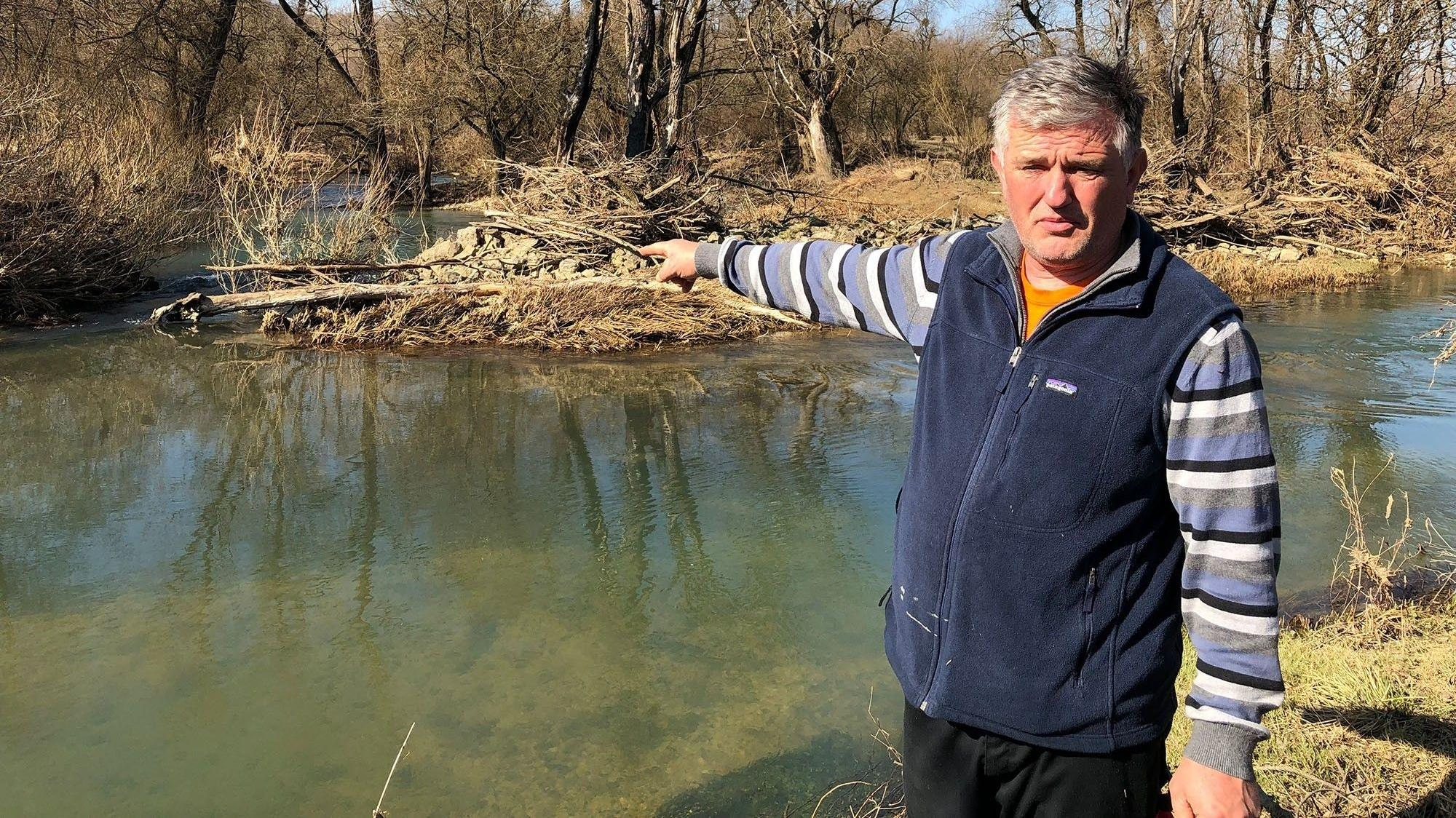 Rasim Ruždić zeigt auf die Stelle im Fluss Korana, wo der Körper von Ihsanudin Gull Muhammad gefunden wurde.