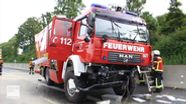Das schwer beschädigte Feuerwehrfahrzeug steht auf dem Seitenstreifen der A9 am Bindlacher Berg. | Bild:News5