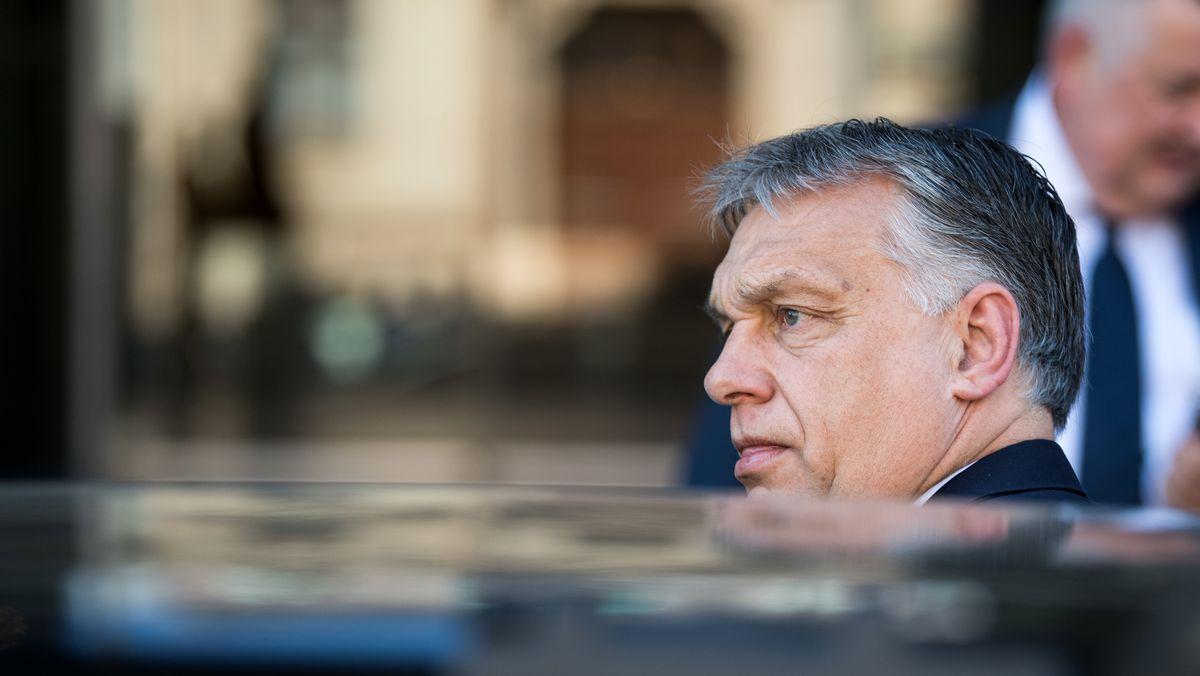 Viktor Orbán steigt in seine Limousine, auf diesem Foto ist er zu Gast in Deutschland.