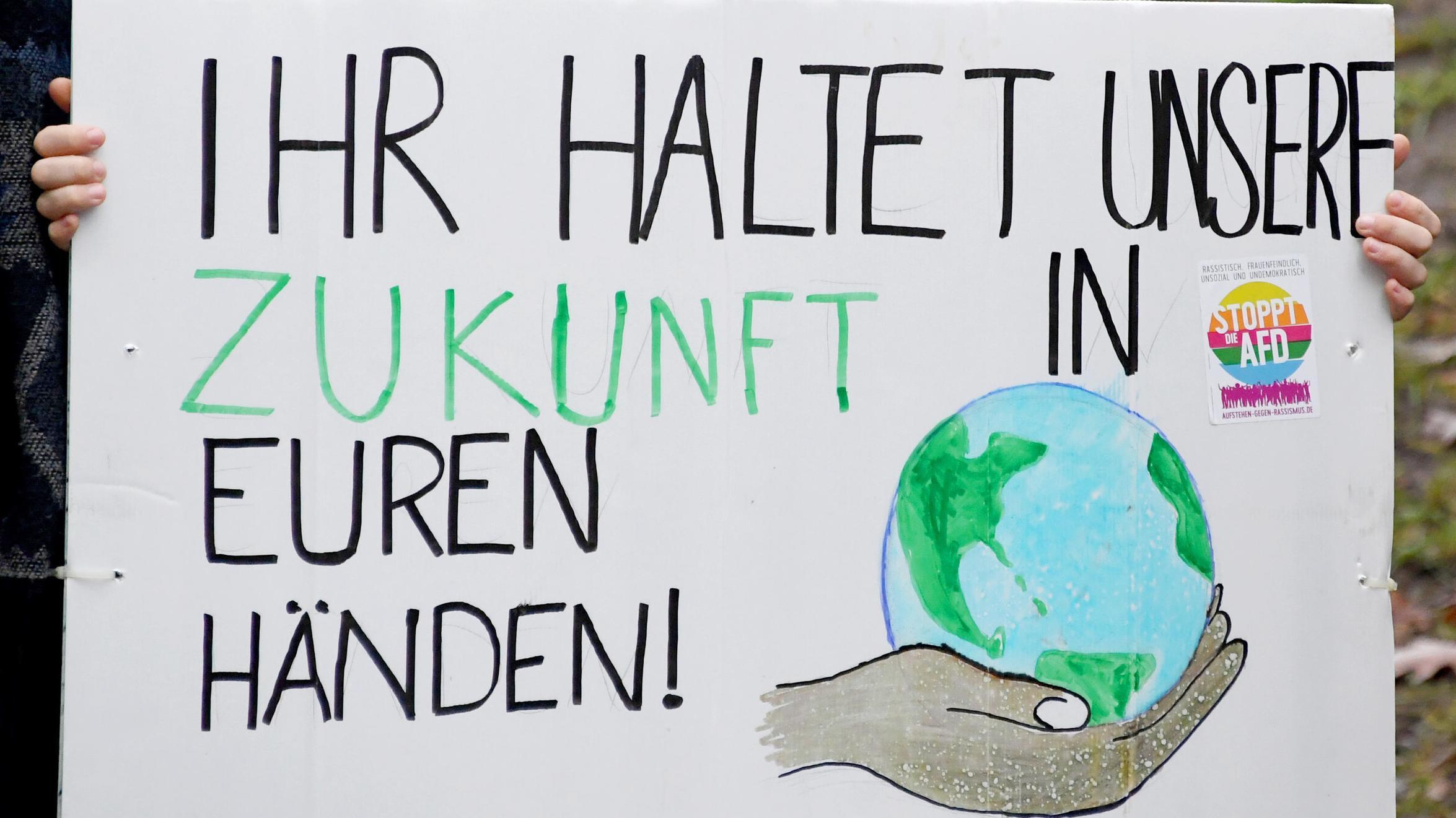 """""""Ihr haltet unsere Zukunft in Euren Händen"""" steht auf einem Demoplakat eines Schülers in Kiel"""