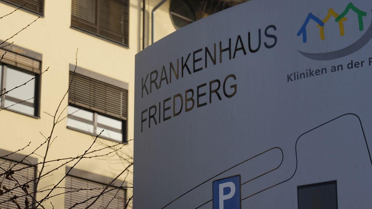 Ein Schild vor dem Krankenhaus Friedberg