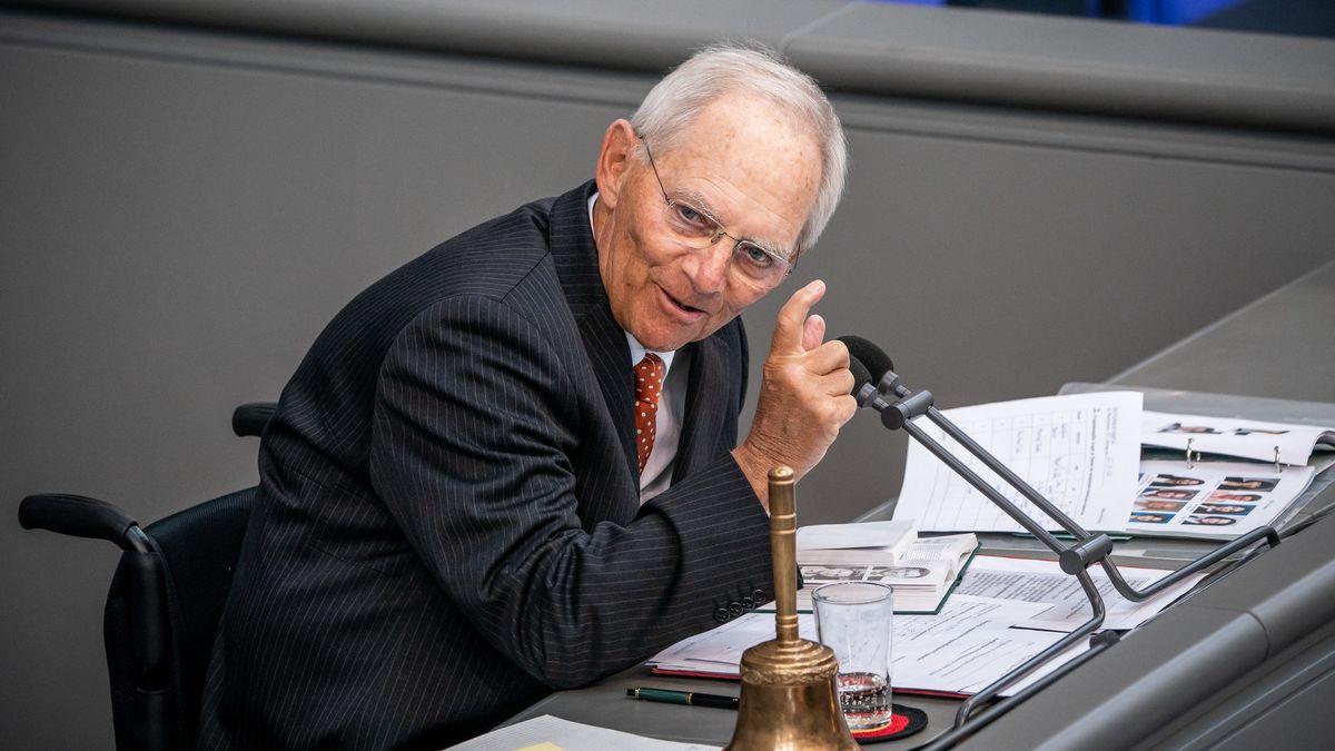 Bundestagspräsident Wolfgang Schäuble leitet eine Sitzung im Bundestag.