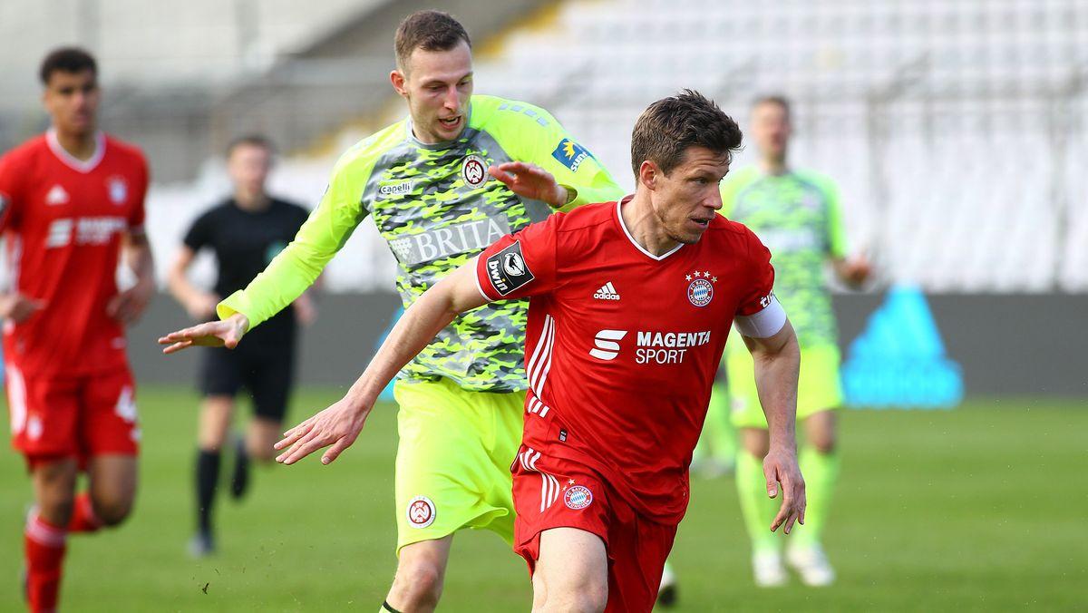 3. Liga, FC Bayern II - Wehen Wiesbaden (von links): Gustaf Nilsson (Wiesbaden) und Nicolas Feldhahn (FC Bayern).