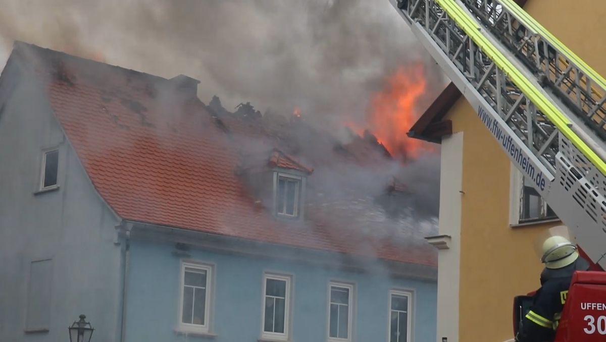Brennendes Wohnhaus mit Flammen und Rauch.