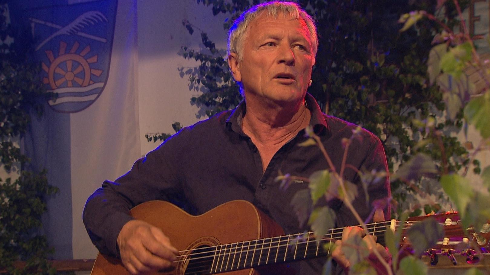Josef Brustmann spielt Gitarre