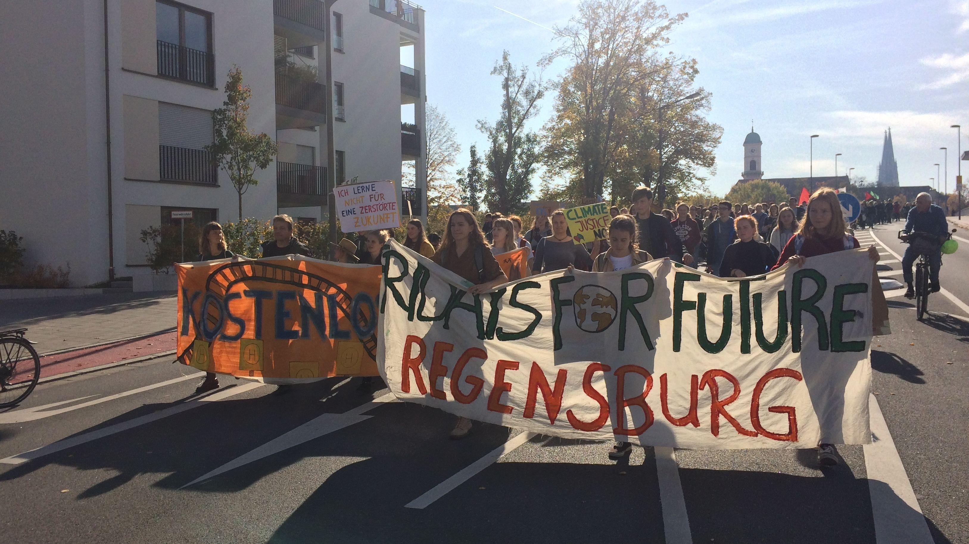 Demonstranten mit Bannern