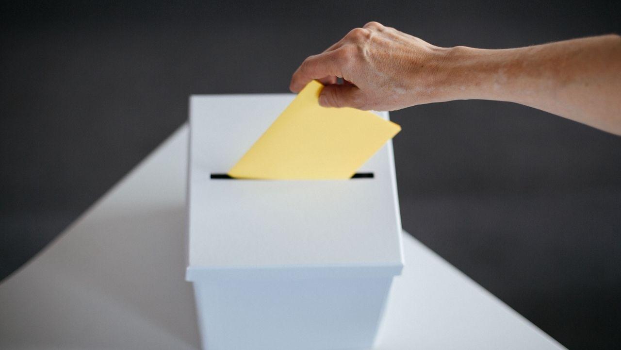 Symbolbild eines Wahlzettels mit Wahlurne.