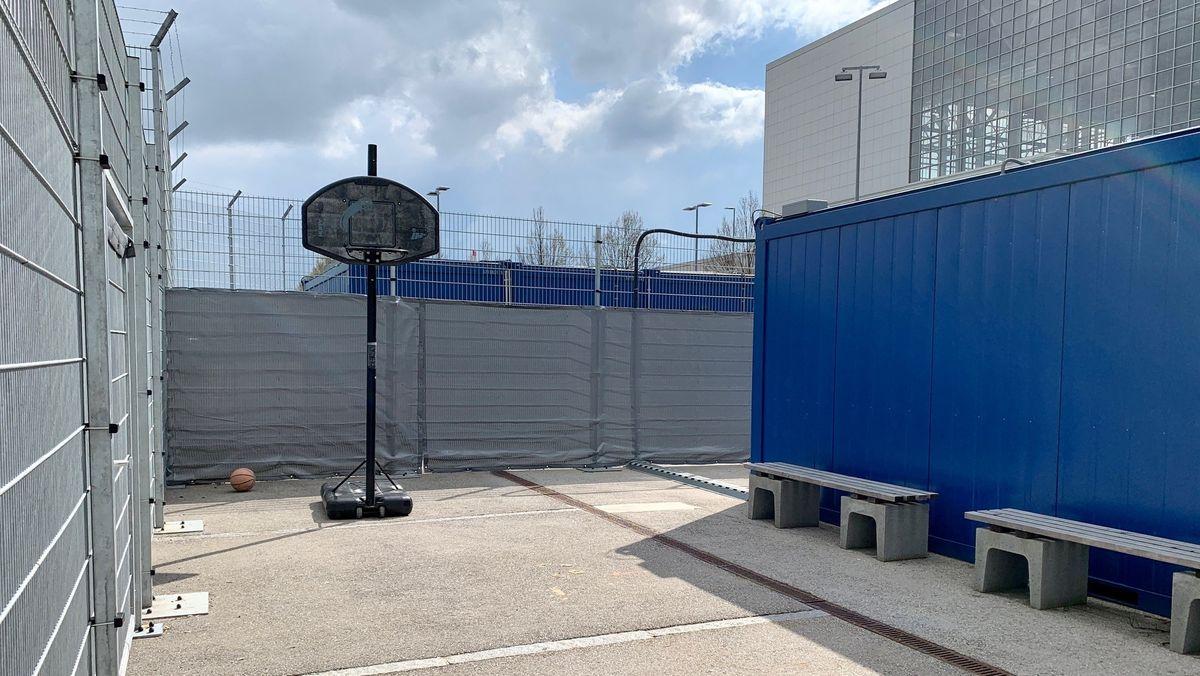 Basketballkorb auf dem Gelände