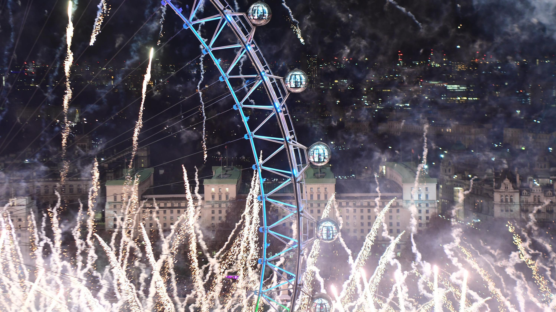 Feuerwerk in London mit Blick auf das Riesenrad London Eye.