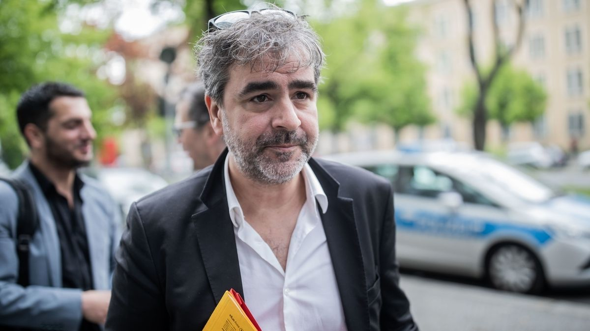 Ein Mann mit Jacket und weißem Hemd geht eine Straße entlang: Deniz Yücel