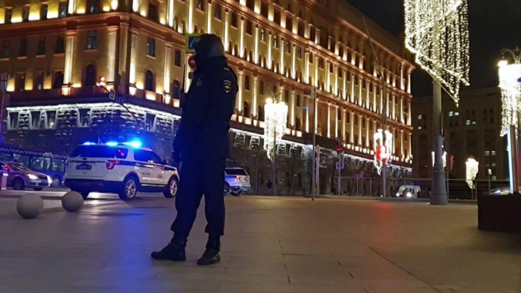 Ein Unbekannter hat an der Zentrale des russischen Inlandsgeheimdienstes FSB mit einer Maschinenpistole auf Menschen geschossen.