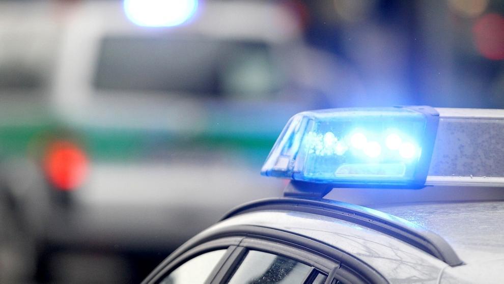 Symboldbild: Blaulichter von Polizeifahrzeugen | Bild:dpa-Bildfunk/Rene Ruprecht