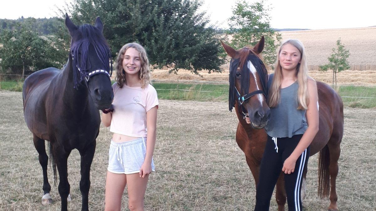 Lena mit Pferd Kira (li.) und Sophia mit Pferd Joy